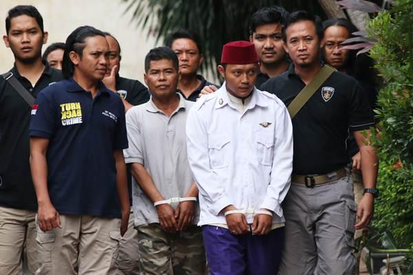 Petugas membawa tersangka kasus persekusi Abdul Mujib (kedua kanan) dan Matusin (ketiga kanan) saat rilis kasus persekusi di Polda Metro Jaya, Jakarta, Jumat (2/6). Polda Metro Jaya menetapkan Abdul Mujib dan Matusin menjadi tersangka atas pemukulan pada Putra Mario Alvian Alexander yang diduga menghina ulama dan FPI. ANTARA FOTO - Rivan Awal Lingga