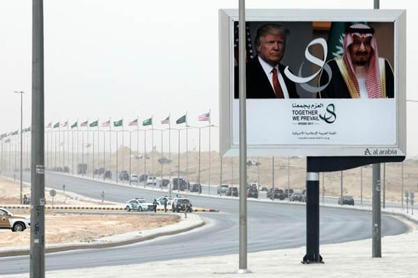 Billboard Presiden Amerika Serikat (AS) Donald Trump mengunjungi Raja Arab Saudi Salman bib Abdulaziz di Riyadh Arab Saudi, 20 Mei 2017. - Reuters