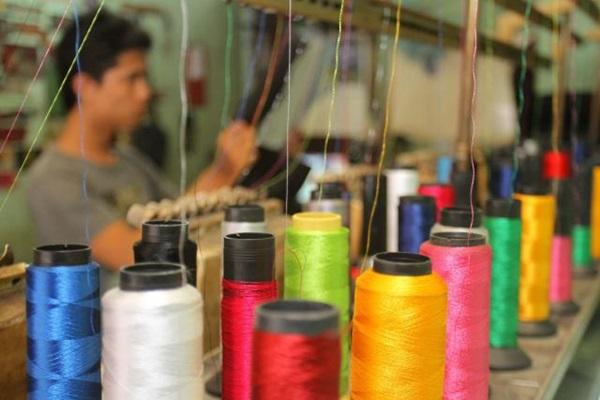 Karyawan mengoperasikan mesin bordir di salah satu rumah produksi tekstil yang ada di Jakarta, Senin (23/2). - Bisnis/Nurul Hidayat