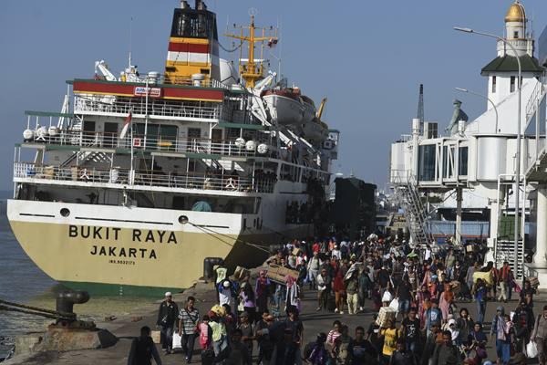 Sejumlah penumpang turun dari Kapal Pelni Bukit Raya Jakarta saat berlabuh di Gapura Surya Nusantara Pelabuhan Tanjung Perak, Surabaya, Jawa Timur, Senin (4/7). Sedikitnya 102 kapal telah melayani sekitar 80 ribu pemudik dan penumpang di pelabuhan tersebut sejak H-18 hingga H-2 Lebaran tahun lalu. - Antara