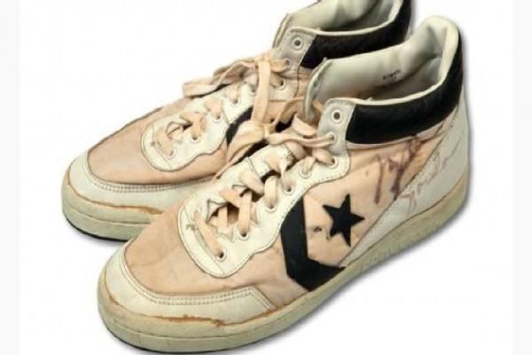 Sepasang sepatu olahraga yang pernah dipakai Michael Jordan saat putaran final basket di Olimpiade Los Angeles 1984 pada Minggu (11/66) terjual seharga 190.372 dolar AS (sekitar Rp2,53 miliar) dalam pelelangan online. - ESPN
