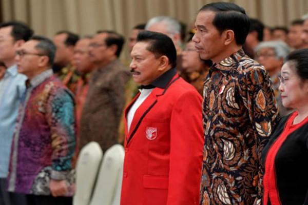 Ketua Umum PKPI A.M. Hendropriyono (ketiga kanan) bersama dengan Presiden Joko Widodo dalam satu acara partai belum lama ini - Antara