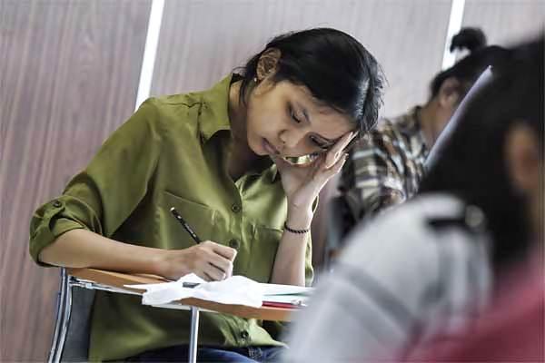 Peserta mengerjakan soal ujian Seleksi Bersama Masuk Perguruan Tinggi Negeri (SBMPTN) 2017 di Universitas Negeri Jakarta, Selasa (16/5). Pengumuman hasil SBMPTN akan dirilis hari ini mulai pukul 14.00 di situs resmi PTN  - Antara/Hafidz Mubarak A