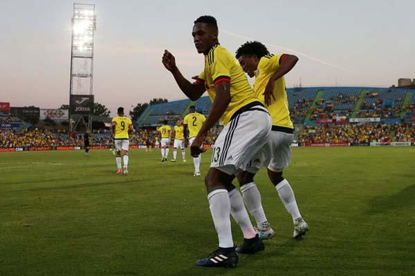 Pemain Kolombia Yerri Mina (kiri) merayakan golnya ke gawang Kamerun bersama Juan Guillermo Cuadrado - Reuters/Sergio Perez