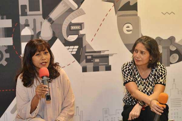 Chief Marketing Officer DOKU Himelda Renuat (kiri) didampingi Chief Operating Officer Nabilah Alsagoff memberikan keterangan tentang kinerja bisnis DOKU, di Jakarta, Rabu (14/6). - Antara/Prasetyo Utomo