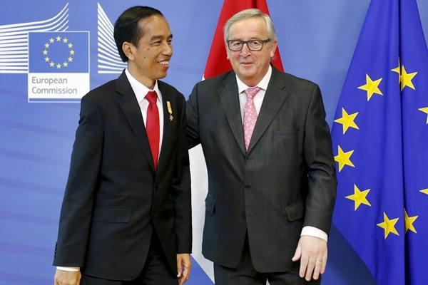 Presiden Joko Widodo (kiri) dan Presiden Komisi Eropa Jean-Claude Juncker saat pertemuan di Brussels, Belgia, Kamis (21/4). - REUTERS/Francois Lenoir