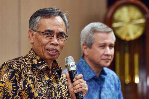Ketua Dewan Komisioner Otoritas Jasa Keuangan (OJK) terpilih Wimboh Santoso (kiri) memberikan keterangan di Jakarta, Jumat (9/6). - Antara/Akbar Nugroho Gumay