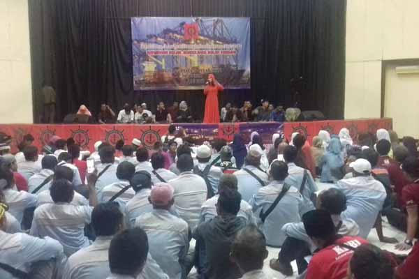 Ketua Umum FPPI Rieke Diah Pitaloka, saat orasi di Rapat Akbar FPPI, di GOR Jakut (20/6) - Bisnis.com/Akhmad Mabrori
