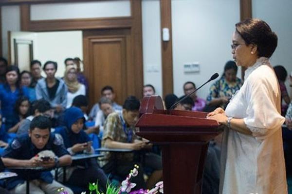 Menteri Luar Negeri Retno Marsudi (kanan) memberikan keterangan pers di Gedung Kemenlu, Pejambon, Jakarta - Antara