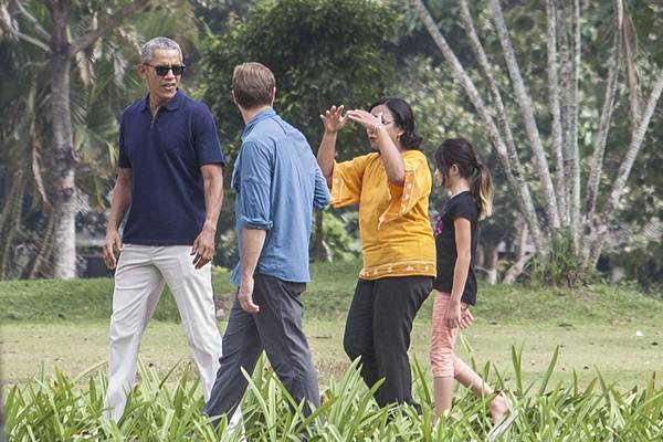 Mantan Presiden Amerika Serikat Barack Obama (kiri) mengunjungi Candi Prambanan di Sleman, Daerah Istimewa Yogyakarta, Kamis (29/6). - Antara/Andreas Fitri Atmoko