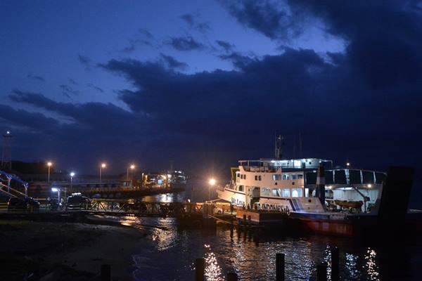 Sejumlah kendaraan memasuki kapal saat akan menyeberang ke Pulau Jawa, di Pelabuhan Gilimanuk, Jembrana, Bali, (18/6). - Antara