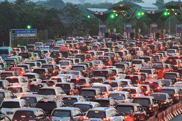 Kendaraan antre di gerbang tol Cipali Palimanan, Cirebon, Jawa Barat, Kamis (29/6). Memasuki H4 Lebaran, arus balik dari Jawa Tengah menuju Jakarta masih terpantau padat dan puncak arus balik diprediksi terjadi pada H5 dan H6. - Antara/Dedhez Anggara