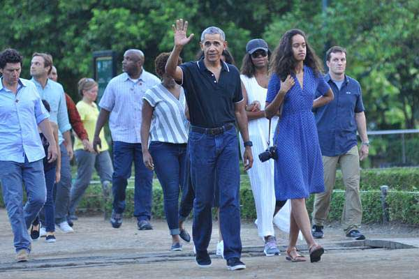 Mantan Presiden Amerika Serikat Barack Obama melambaikan tangan saat mengunjungi Candi Borobudur, di Magelang, Jawa Tengah, Rabu (28/6). - Antara/Anis Efizudin