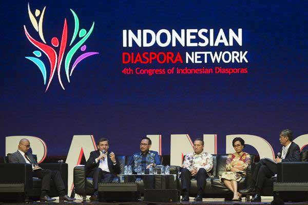 Menkeu Sri Mulyani Indrawati (kedua kanan) bersama Wakil Presiden ADB Bambang Susantono (ketiga kiri), CEO Credit Suisse Asia Pacific Helman Sitohang (kedua kiri), Peneliti Lee Kuan Yew School Mulya Amri (kiri), Managing Director of Chevron IndoAsia Business Unit Chuck Taylor (ketiga kanan) dan Moderator Muhammad Al-Arief (kanan) memberi paparan dalam Kongres Diaspora Indonesia ke-4 di Jakarta, Sabtu (1/7). - ANTARA/Rosa Panggabean