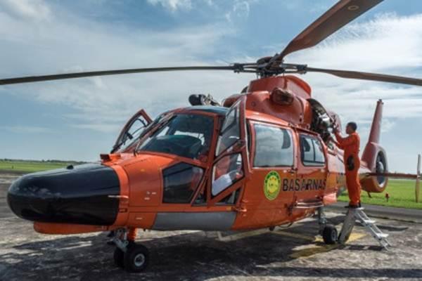 Ilustrasi: Petugas Badan SAR Nasional (Basarnas) mengecek helikopter jenis AS-365 N3 sebelum melakukan pantauan udara arus mudik Jateng di Lanumad Ahmad Yani, Semarang, Jawa Tengah, Jumat (23/6/2017). - Antara/Aji Styawan