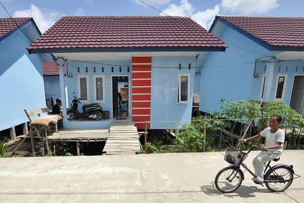 Keluarga nelayan beraktivitas di kompleks perumahan nelayan, Tungkal Hilir, Tanjung Jabung Barat, Jambi, Selasa (21/3). - Antara/Wahdi Septiawan