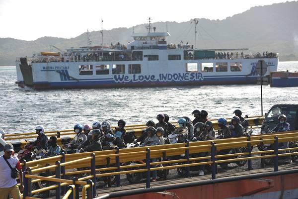 Sejumlah pemudik bersepeda motor antre masuk ke kapal ferry pada H-4 Lebaran di Pelabuhan Gilimanuk, Jembrana, Bali, Senin (13/7). - Antara