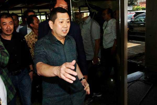 Pemilik MNC Group, Hary Tanoesoedibjo (kanan) meninggalkan ruangan seusai menjalani pemeriksaan di Direktorat Tindak Pidana Siber, Bareskrim Polri, Jakarta, Senin (12/6). - Antara/Rivan Awal Lingga