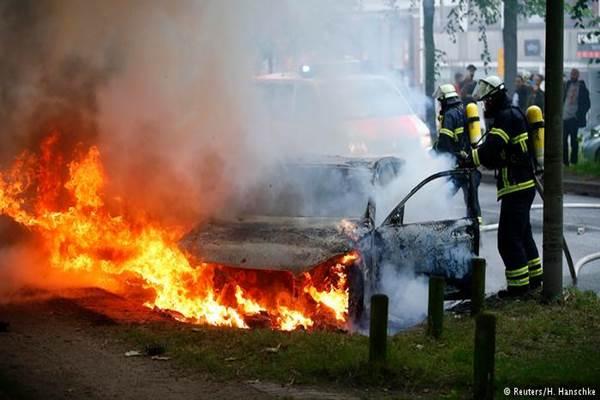 Pemadam kebakaran sibuk memadamkan api setelah kerusuhan di Hamburg menjelang KTT G20 - Reuters