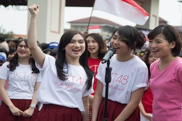 Melody, Veranda dan Haruka dari grup idola JKT48 merayakan dirgahayu kemerdekaan RI ke-70 bersama para penggemar di Balai Sudirman - Antara