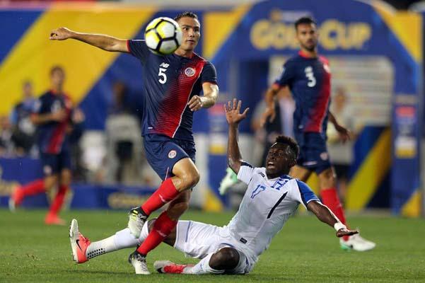Bek Kosta Rika Kenner Gutierrez (kiri) melanggar penyerang Honduras Alberth Elis (terjatuh) dalam pertandingan Piala Emas 2017 di New Jersey, AS. Kosta Rika menang 1-0. - Reuters