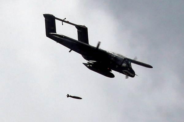 Pesawat tempur An OV-10 Bronco melepaskan bom dalam serangan udara terhadap pemberontak kelompok Maute di Kota Marawi Filipina, Selasa (20/6/2017). - Reuters