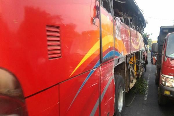 Bus Medali Mas jurusan Bali-Malang tabrakan dengan truk muatan pakan ternak di Jalan Raya Pantai Bentar, Kabupaten Probolinggo, Jawa Timur, Jumat (14/7/2017). - Istimewa