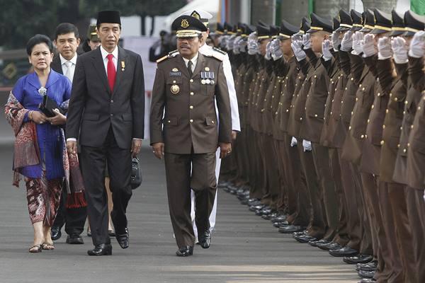 Presiden Joko Widodo (ketiga kiri) dan Ibu Negara Ny. Iriana Joko Widodo (kiri) didampingi Jaksa Agung M. Prasetyo (keempat kiri) dan Menteri PAN dan Reformasi Birokrasi Yuddy Chrisnandi (kedua kiri) berjalan menuju lapangan upacara Peringatan Hari Bhakti Adhyaksa Ke-55 Tahun 2015 di Kejaksaan Agung, Jakarta, Rabu (22/7). - Antara