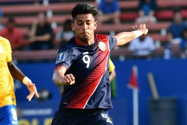 Penyerang Timnas Kosta Rika Ariel Rodriguez menggempur pertahanan Guyana Prancis di Piala Emas 2017 di Texas, Amerika Serikat. - Bleacher Report