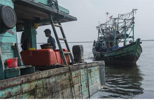 Nelayan beraktivitas di kapal yang berlabuh di Muara Angke, Jakarta, Senin (8/5). - Antara/Aprillio Akbar