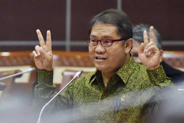 Menkominfo Rudiantara menyampaikan paparan ketika mengikuti rapat kerja dengan Komisi I DPR di Kompleks Parlemen, Senayan, Jakarta, Rabu (31/5). Rapat kerja itu membahas tentang penanganan serangan virus ransomware 'wannacry' dan penyebaran hoax. - Antara/Wahyu Putro A