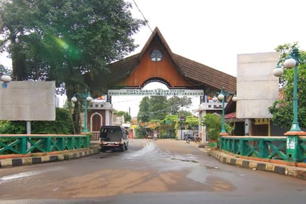 Pintu gerbang Kawasan Perkampungan Budaya Betawi, Setu Babakan, Jagakarsa, Jakarta Selatan. - kemdikbud.go.id