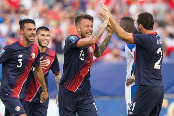 Para pemain Kosta Rika bersuka cita selepas gelandang Panama Anibal Godoy membuat gol bunuh diri - Reuters