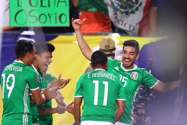 Para pemain Meksiko bersuka cita selepas menjebol gawang Honduras - Reuters