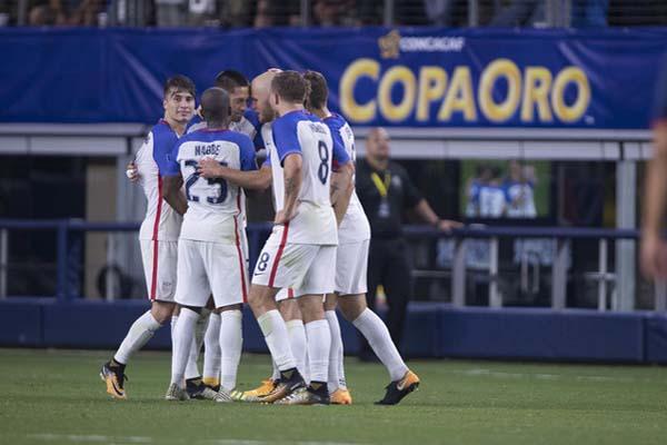 Para pemain Amerika Serikat bersuka cita selepas mencetak gol kedua ke gawang Kosta Rika melalui Clint Dempsey - Reuters