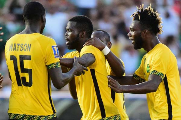 Pemain Jamaika merayakan gol Kemar Lawrence (tengah) ke gawang Meksiko - Bleacher Report