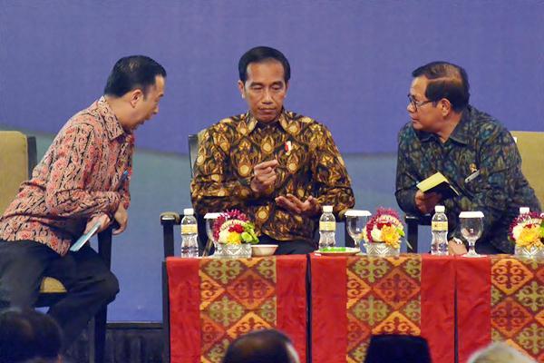 Presiden Joko Widodo (tengah) berbincang dengan Kepala Badan Koordinasi Penanaman Modal (BKPM) Thomas Lembong (kiri), dan Sekretaris Kabinet Pramono Anung saat Rapat Koordinasi (Rakor) Nasional BKPM dengan Dinas Penanaman Modal dan Pelayanan Satu Pintu Tahun 2017 di Nusa Dua, Bali, Jumat (24/2). - Antara/Wira Suryantala