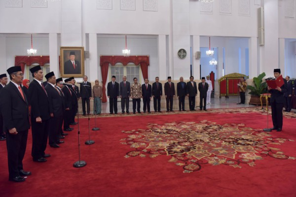 Presiden Joko Widodo melantik Dewan Pengawas dan Anggota Badan Pengelola Keuangan Haji di Istana Negara, Rabu (26/7 - 2017)/Sekretariat Kabinet