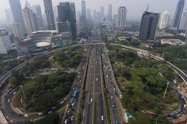 Foto aerial Simpang Susun Semanggi di Jakarta, Jumat (14/7). Jalan layang sepanjang 1,6 kilometer yang mengelilingi Bundaran Semanggi untuk mengurangi kemacetan di kawasan tersebut bakal dilakukan uji coba pada 29 Juli hingga 16 Agustus 2017 sebelum diresmikan pada 17 Agustus 2017. ANTARA FOTO - Sigid Kurniawan