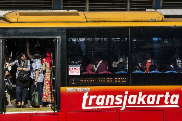 Penumpang menunggu keberangkatan bus Transjakarta - Antara/Aprillio Akbar