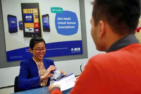 Karyawan melayani nasabah di kantor cabang BCA di Jakarta. - JIBI/Abdullah Azzam