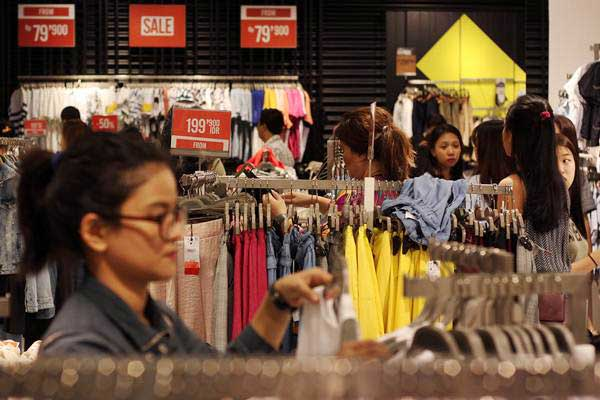 Pengunjung memilih pakaian di salah satu department store. - Antara/Galih Pradipta