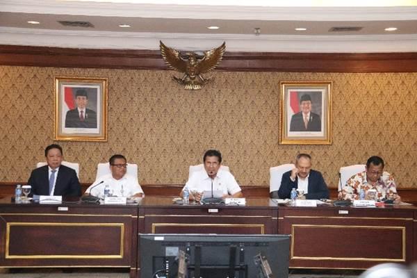 Menteri PANRB Asman Abnur didampingi (kiri-kanan) Kepala Badan Urusan Administrasi MA Aco Nur, Sekretaris Kementerian PANRB Dwi Wahyu Atmaji, Deputi SDM Aparatur Kementerian PANRB Setiawan Wangsaatmaja, dan Sekretaris Jenderal Kemenkum HAM Bambang Rantam Sariwanto saat jumpa pers mengenai pembukaan pendaftaran CPNS di Jakarta, Selasa (11/7). - Humas PanRB