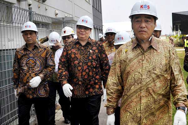 Menteri Perindustrian Airlangga Hartarto (tengah) bersama CEO PT KOS (Krakatau Osaka Steel) Masahiro Takahashi (kanan) dan Wali Kota Cilegon Iman Aryadi (kiri) meninjau areal pabrik usai meresmikan pengoperasian pabrik baja PT Krakatau Osaka Steel (KOS) di Cilegon, Banten, Kamis (20/7). - ANTARA/Asep Fathulrahman