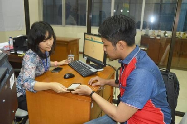 Petugas helpdesk BKN (kiri) melayani calon pelamar - bkn.go.id