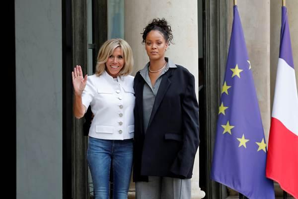 Ibu Negara Prancis Brigitte Macron dan penyanyi Rihanna yang juga pendiri Clara Lionel Foundation, di Istana Presiden Prancis Elysee Palace, 26 Juli 2017. - Reuters