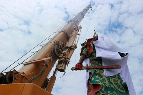 Petugas Badan Penanggulangan Bencana Daerah (BPBD) Pemkab Tuban, Jawa Timur, dengan menggunakan alat berat