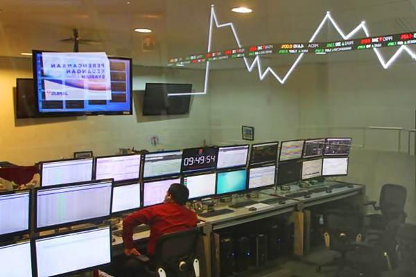 Karyawan memantau perkembangan indeks harga saham gabungan (IHSG), di galeri Bursa Efek Indonesia, Jakarta, Kamis (4/5). - JIBI/Endang Muchtar