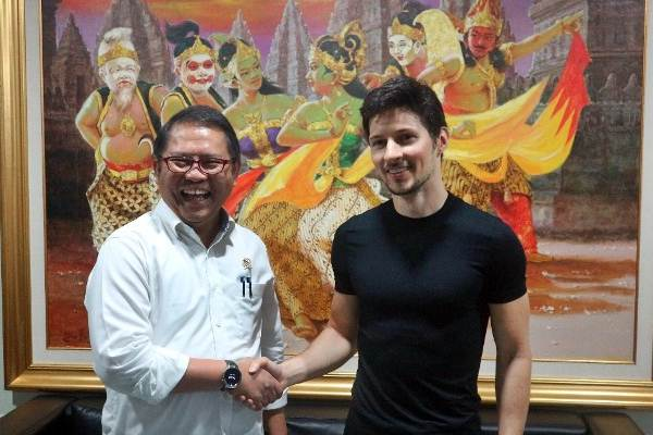 Menkominfo Rudiantara (kiri) berjabat tangan dengan CEO Telegram Pavel Durov (kanan) di Kantor Kementerian Komunikasi dan Informatika, Jakarta, Selasa (1/8). - Setkab