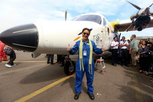 Chief Test Pilot PT Dirgantara Indonesia Captain Esther Gayatri Saleh berpose di depan purwarupa pesawat pertama N219 karya anak bangsa usai melakukan uji terbang untuk pertama kalinya di landasan pacu Bandara Husein Sastranegara, Bandung, Jawa Barat, Rabu (16/8). - JIBI/Rachman
